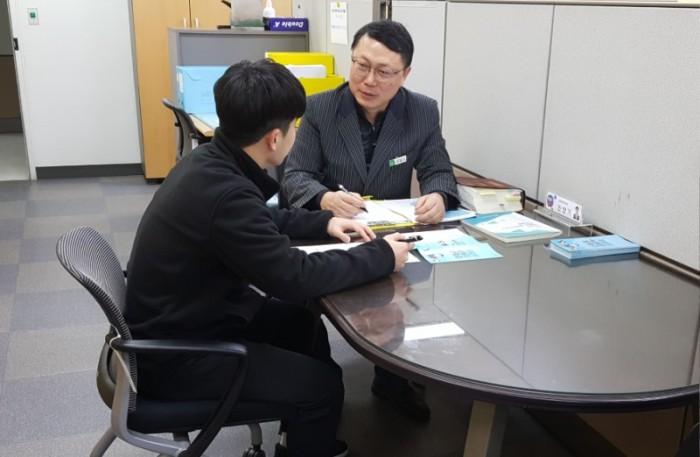 감사관실-성남시 납세자보호관이 지방세 관련 민원 고충 상담 중이다.jpg