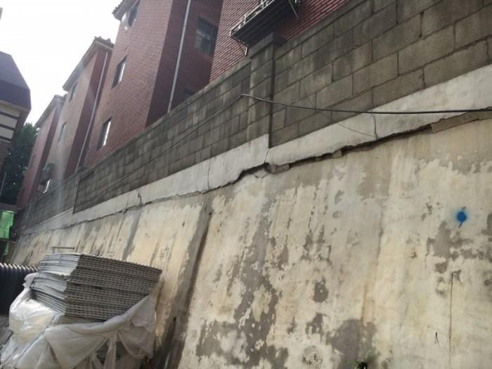 2.자료사진 - 오래된소규모 공동주택 옹벽에 균열이 생긴 모습.jpg