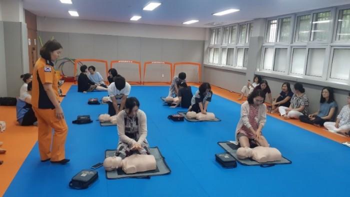 서당초등학교 교직원들은 4분의 기적 심폐소생술 실습 교육을 받고 있다.jpg