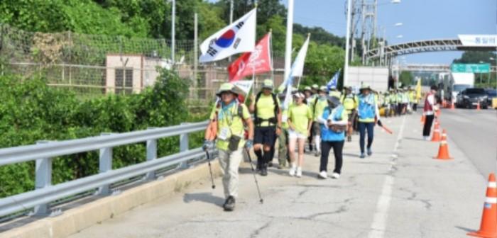 통일대교를 걷는 대원들1.JPG