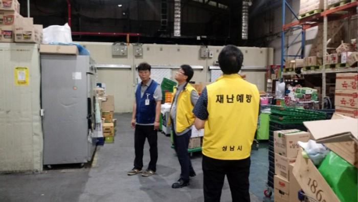 재난안전관-성남시 공무원들이 8월 27일 시내 대형마트에서 건축물 천장의 균열 상태를 살피고 있다.jpg